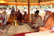 Его Святейшество Далай-лама совершает хаван (огненную пуджу) во время посещения ашрама Шри Убасина Каршни. 12 марта 2013 г. Матхура, штат Уттар-Прадеш, Индия. Фото: Тензин Такла (офис ЕСДЛ).