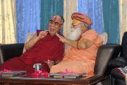 Его Святейшество наслаждается общением с Свами Каршни Гуруашаранандажи Махарадж вскоре после прибытия в ашрам Шри Убасина Каршни. 11 марта 2013 г. Матхура, штат Уттар-Прадеш, Индия. Фото: Тензин Такла (офис ЕСДЛ).