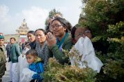 Дээрхийн Гэгээнтэн Далай Лам Равангла дахь Татагата Цал хөшөөг адислах ёслолыг хүлээн зогсож буй сүсэгтэн олон. 2013.03.25 Зураг/Тензин Чойжор/ДЛО