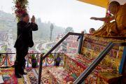 Сиккимын ерөнхий сайд Паван Чамлин Дээрхийн Гэгээнтэн Далай Ламд хүндэтгэл үзүүлэв. Энэтхэг, Сикким, Равангла. 2013.03.26. Зургийг Тэнзин Чойжор (ДЛО)