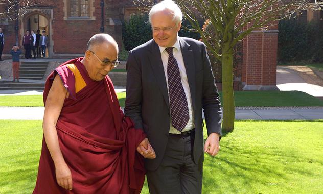 Беседы с Далай-ламой о ненасилии и путях, ведущих к миру и счастью, в Кембриджском университете