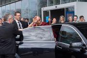 Дээрхийн Гэгээнтэн Далай Лам Лузанна-ын их сургуулиас хөдлөх үедээ тэнд цугласан олонтой гар дохин мэндлэв. Дээрхийн Гэгээнтэн Далай Лам уг хурлын үеэр илтгэл тавьж байгаа нь. Швейцарь, Лузанна. 2013.04.15