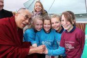 Үйл ажиллагааны үеэр Дээрхийн Гэгээнтэн зарим хүүхдүүдтэй уулзав. Умард Ирланд, Дерри. 2013.04.18. Зургийг Жереми Расселл (ДЛО)
