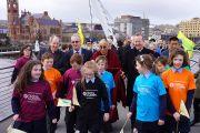 """Дээрхийн Гэгээнтэн Далай Лам Кроссфайерын асрамжийн төвийн хүүхдүүд болон бусад дагалдагсадын хамт """"Нигүүлслийн үрийг тарих нь"""" үйл ажиллагааны үеэр. Умард Ирланд, Дерри. 2013.04.18. Зургийг Жереми Расселл (ДЛО)"""