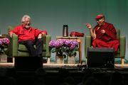 """Его Святейшество Далай-лама беседует с Дэвидом Сузуки во время саммита по вопросам окружающей среды """"Всеобщая ответственность и глобальный мир"""". Портленд, штат Орегон, США. 11 мая 2013 г. Фото: Motoya Nakamura/The Oregonian"""