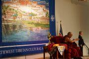 Его Святейшество Далай-лама выступает в Северо-восточной тибетской культурной ассоциации. Портленд, штат Орегон, США. 12 мая 2013 г. Фото: Джереми Рассел (офис ЕСДЛ)