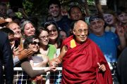 """Его Святейшество Далай-лама фотографируется с людьми у выхода из колледжа Майтрипы после симпозиума """"Жизнь после жизни"""". Портленд, штат Орегон, США. 10 мая 2013 г. Фото: Motoya Nakamura/The Oregonian"""