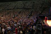 По завершении лекции Его Святейшества Далай-ламы одиннадцать тысяч слушателей надели белые церемониальные шарфы (хадаки). Портленд, штат Орегон, США. 11 мая 2013 г. Фото: Джереми Рассел (офис ЕСДЛ)