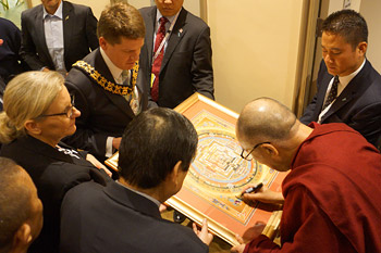 """В Аделаиде Далай-лама прочел лекции """"Общество и благополучие"""" и """"В поисках счастья"""""""