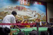 Студент задает вопрос Его Святейшеству Далай-ламе в первый день учений в Тибетской детской деревне. Дхарамсала, Индия. 27 июня 2013 г. Фото: Тензин Чойджор (офис ЕСДЛ)