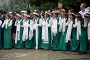 """Юные тибетцы ожидают прибытия Его Святейшества Далай-ламы в школу """"Тибетская детская деревня"""". Дхарамсала, Индия. 27 июня 2013 г. Фото: Тензин Чойджор (офис ЕСДЛ)"""