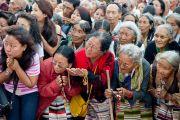"""Дээрхийн Гэгээнтэн Далай Ламыг Сэра Жэ дацан дах """"шинжлэх ухаан судлалын төв""""-д хүрэлцэн ирэх үед Төвд иргэд түүнийг тосож байгаа нь. Энэтхэг, Карнатака, Билакуппе, Сэра Жэ дацан. 2013.06.07. Зургийг Тэнзин Чойнжор (ДЛО)"""