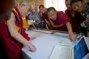 Дээрхийн Гэгээнтэн Далай Лам тус шинжлэх ухаан судлалын төвийн судлаач лам нарын ажилтай танилцав. Энэтхэг, Карнатака, Билакуппе, Сэра Жэ дацан. 2013.06.07. Зургийг Тэнзин Чойнжор (ДЛО)