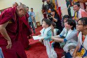 Дээрхийн Гэгээнтэн Далай Лам өмнөд Азийн зарим сүсэгтэн нартай уулзах үеэр балчир хүүхэд түүнд хүндэтгэл үзүүлэв. Энэтхэг, Карнатака, Билакуппе, Сэра Жэ дацан. 2013.06.07. Зургийг Тэнзин Чойнжор (ДЛО)