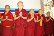 Юные монахи ждут своей очереди поприветствовать Его Святейшество Далай-ламу в монастыре Сакья. Мундгод, Карнатака, Индия. 20 июля 2013 г. Фото: Тензин Такла (офис ЕСДЛ)