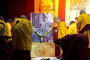 """Перед началом учений, проводившихся в Пуне по просьбе организации """"Буддаяна Махасангха"""", Его Святейшество Далай-лама почтил память Б.Р. Амбедкара. Махараштра, Индия. 27 июля 2013 г. Фото: Тензин Чойджор (офис ЕСДЛ)"""