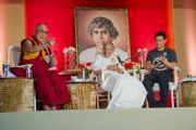 Его Святейшество Далай-лама, досточтимый Дада Васвани и Аамир Кхан во время интерактивной беседы в миссии садху Васвани в Пуне. Махараштра, Индия. 28 июля 2013 г. Фото: Тензин Чойджор (офис ЕСДЛ)