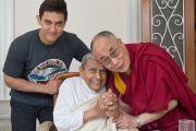 Аамир Кхан, досточтимый Дада Васвани и Его Святейшество Далай-лама в миссии садху Васвани в Пуне. Махараштра, Индия. 28 июля 2013 г. Фото: Тензин Чойджор (офис ЕСДЛ)