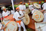 Выступление барабанщиков в честь Его Святейшества Далай-ламы в музее истории Индии им. Шиваджи Махараджи в Пуне. Махараштра, Индия. 28 июля 2013 г. Фото: Тензин Чойджор (офис ЕСДЛ)