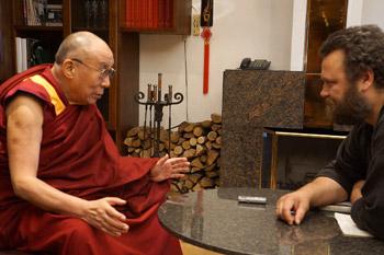 """Далай-лама принял участие в круглом столе """"Путь к миру и счастью в глобальном обществе"""" в Риге"""