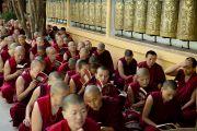 Тибетские монахи слушают наставления Его Святейшества Далай-ламы в последний из трех дней учений, дарованных по просьбе буддистов из Юго-Восточной Азии в главном тибетском храме в Дхарамсале, Индия. 5 сентября 2013 г. Фото: Лобсанг Церинг (офис ЕСДЛ)