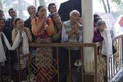 Тибетцы в ожидании выхода Его Святейшества Далай-ламы из центрального тибетского храма в последний из трех дней учений, дарованных по просьбе буддистов из Юго-Восточной Азии в главном тибетском храме в Дхарамсале, Индия. 5 сентября 2013 г. Фото: Лобсанг Церинг (офис ЕСДЛ)
