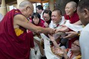 Его Святейшество Далай-лама приветствует своих последователей в последний из трех дней учений, дарованных по просьбе буддистов из Юго-Восточной Азии в главном тибетском храме в Дхарамсале, Индия. 5 сентября 2013 г. Фото: Лобсанг Церинг (офис ЕСДЛ)