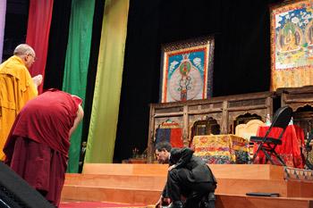 Далай-лама прочел публичную лекцию о светской этике и продолжил учения по поэме Шантидевы «Путь бодхисаттвы»
