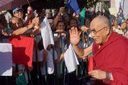 """Его Святейшество Далай-лама приветствует людей, встречающих его в """"Центра Фокса"""". Гуанахуато, Мексика. 14 октября 2013 г. Фото: Джереми Рассел (офис ЕСДЛ)"""