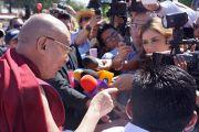 """Его Святейшество Далай-лама беседует с журналистами после публичной лекции в """"Центре Фокса"""". Гуанахуато, Мексика. 15 октября 2013 г. Фото: Джереми Рассел (офис ЕСДЛ)"""