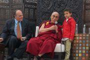 """Его Святейшество Далай-лама отвечает на вопрос мальчика """"Как быть счастливым"""" во время публичной лекции в """"Центре Фокса"""". Гуанахуато, Мексика. 15 октября 2013 г. Фото: Джереми Рассел (офис ЕСДЛ)"""