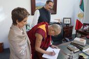 """Его Святейшество Далай-лама оставляет запись в гостевой книге """"Центра Фокса"""". Гуанахуато, Мексика. 15 октября 2013 г. Фото: Джереми Рассел (офис ЕСДЛ)"""
