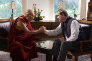 """Его Святейшество Далай-лама и бывший президент Мексики Винсенте Фокс пожимают друг другу руки по окончании съемок для передачи на телеканале """"Ацтека"""". Гуанахуато, Мексика. 15 октября 2013 г. Фото: Джереми Рассел (офис ЕСДЛ)"""