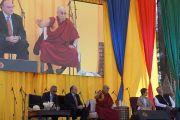 """Его Святейшество Далай-лама выступает с публичной лекции в """"Центре Фокса"""". Гуанахуато, Мексика. 15 октября 2013 г. Фото: Джереми Рассел (офис ЕСДЛ)"""