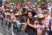 """Почитатели Его Святейшества Далай-ламы ожидают его возвращения в """"Центр Фокса"""". Гуанахуато, Мексика. 15 октября 2013 г. Фото: Джереми Рассел (офис ЕСДЛ)"""