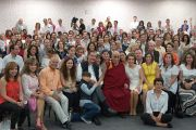 """Его Святейшество Далай-лама фотографируется на память со слушателями его лекции в  """"Центре Фокса"""". Гуанахуато, Мексика. 15 октября 2013 г. Фото: Джереми Рассел (офис ЕСДЛ)"""