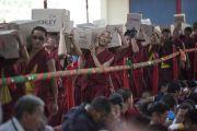 Монахи раздают воду для 30 тысяч участников учений Его Святейшества Далай-ламы в монастыре Сера Чже. Билакуппе, штат Карнатака, Индия. 3о декабря 2015 г. Фото: Тензин Чойджор (офис ЕСДЛ)