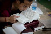 Монах следит по тексту на седьмой день учений Его Святейшества Далай-ламы в монастыре Сера Чже. Билакуппе, штат Карнатака, Индия. 31 декабря 2015 г. Фото: Тензин Чойджор (офис ЕСДЛ)