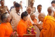 Его Святейшество Далай-лама принимает традиционные подношения от саньясинов перед началом празднования 150-й годовщины со дня рождения Свами Вивекананды. Коимбатур, штат Тамил-Наду, Индия. 7 января 2014 г. Фото: Джереми Рассел (офис ЕСДЛ)