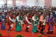 """Танцевальный ансамбль """"Тибетской детской деревни"""" из Билакуппе выступает на праздновании 150-й годовщины со дня рождения Свами Вивекананды. Коимбатур, штат Тамил-Наду, Индия. 7 января 2014 г. Фото: Джереми Рассел (офис ЕСДЛ)"""