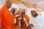 Его Святейшество Далай-лама принимает участие в зажжении светильника в начале празднования 150-й годовщины со дня рождения Свами Вивекананды. Коимбатур, штат Тамил-Наду, Индия. 7 января 2014 г. Фото: Джереми Рассел (офис ЕСДЛ)