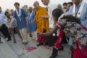 В Нагалоке встречают Его Святейшество Далай-ламу традиционными подношениями. Нагпур, штат Махараштра, Индия. 8 января 2014 г. Фото: Тензин Чойджор (офис ЕСДЛ)