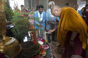 Его Святейшество Далай-лама зажигает свечи перед началом своего выступления в центре Нагалока. Нагпур, штат Махараштра, Индия. 8 января 2014 г. Фото: Тензин Чойджор (офис ЕСДЛ)