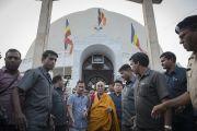Его Святейшество Далай-лама выходит из ступы Дикшабхуми, возведенной на том месте, где Рамджи Амбедкар принял буддизм. Нагпур, штат Махараштра, Индия. 8 января 2014 г. Фото: Тензин Чойджор (офис ЕСДЛ)