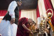 Его Святейшество Далай-лама зажигает традиционный светильник в ознаменование начала семинара, посвященного философии Нагарджуны, в университете Райпура. Штат Чаттисгарх, Индия. 13 января 2014 г. Фото: Тензин Чойджор (офис ЕСДЛ)