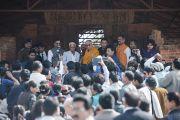 Его Святейшество Далай-лама общается с прессой в Будда Вихаре, на месте археологических раскопок в Сирпуре. Штат Чаттисгарх, Индия. 14 января 2014 г. Фото: Тензин Чойджор (офис ЕСДЛ)