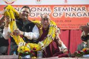 Его Святейшество Далай-лама и главный министр штата Чаттисгарх Рамам Сингх на торжественном открытии семинара, посвященного философии Нагарджуны, в университете Райпура. Штат Чаттисгарх, Индия. 13 января 2014 г. Фото: Тензин Чойджор (офис ЕСДЛ)