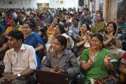 Аудитория восторженно реагирует на слова Его Святейшества Далай-ламы во время семинара, посвященного философии Нагарджуны, в университете Райпура. Штат Чаттисгарх, Индия. 13 января 2014 г. Фото: Тензин Чойджор (офис ЕСДЛ)