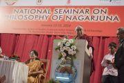 Его Святейшество Далай-лама выступает с речью на открытии семинара, посвященного философии Нагарджуны, в университете Райпура. Штат Чаттисгарх, Индия. 13 января 2014 г. Фото: Тензин Чойджор (офис ЕСДЛ)