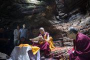 Его Святейшество Далай-лама читает буддийский трактат в пещере Чаанда Деви в Сирпуре, в которой медитировал индийский философ Нагарджуна. Штат Чаттисгарх, Индия. 14 января 2014 г. Фото: Тензин Чойджор (офис ЕСДЛ)